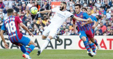 Jugadores del Real Madrid y Barcelona durante el Clásico Español