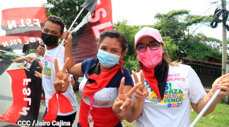 Nicaragüenses simpatizantes del Frente Sandinista con banderas rojinegras en sus manos.