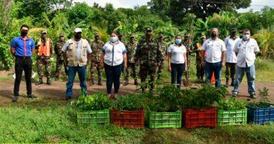Efectivos del Ejército de Nicaragua con representantes de INAFOR en jornada de siembra de plantas en Chinandega
