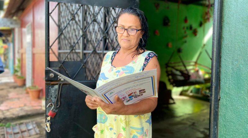 Ciudadana de Managua con su Título de Propiedad entregado por la Procuraduría General de la República (PGR).