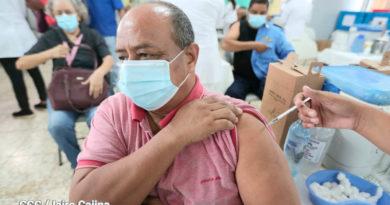 Personal médico del Ministerio de Salud aplica vacuna a mayores de 30 años en Managua