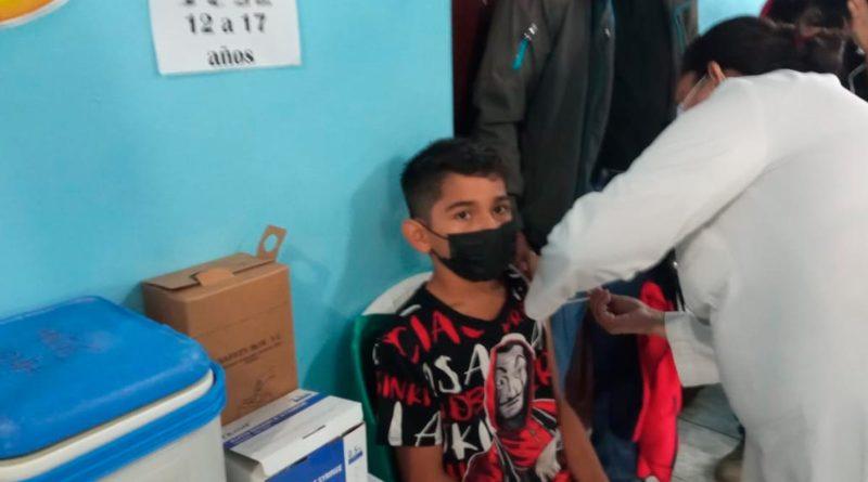 Adolescente siendo vacunado contra la COVID-19 en Juigalpa, Chontales, Nicaragua.