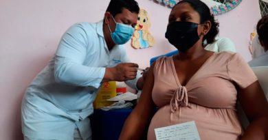 """Mujer embarazada siendo vacunada contra la COVID-19 en la Casa Materna """"María Serapia Ruiz"""" de Masaya."""