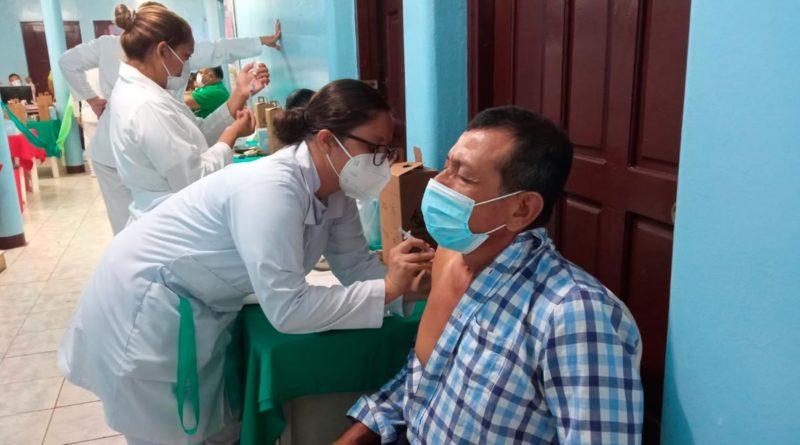 Enfermera del Ministerio de Salud de Nicaragua aplicando vacuna contra el COVID-19 a un ciudadano en Juigalpa, Chontales.