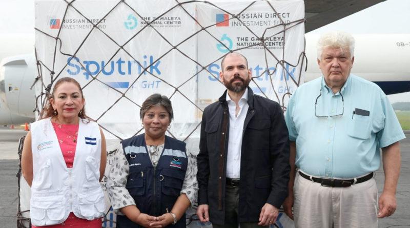 Autoridades del Ministerio de Salud, gobierno de Nicaragua y de Rusia, en el aeropuerto Augusto C. Sandino