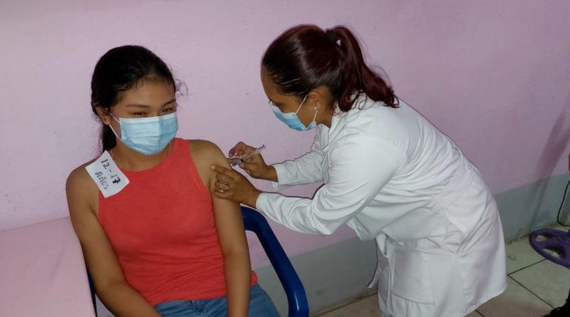Personal médico del Ministerio de Salud aplica vacuna contra el Covid-19 a una joven