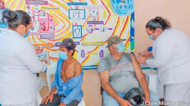 Personal médico del Ministerio de Salud aplica vacuna contra el Covid-19 a pobladores en Managua