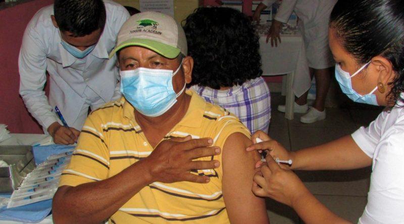 Personal del Ministerio de Salud aplica vacuna contra el Covid-19 a pobladores de Nindirí