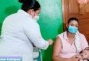 Personal médico del Ministerio de Salud aplica vacuna contra el Covid-19 a una mujer en San Rafael del Sur