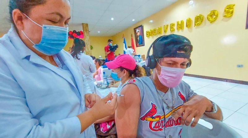 Poblador de Managua en la vacunación contra la Covid-19 en el Taller del Programa de Enfermedades de Transmisión Vectorial del SILAIS Managua.
