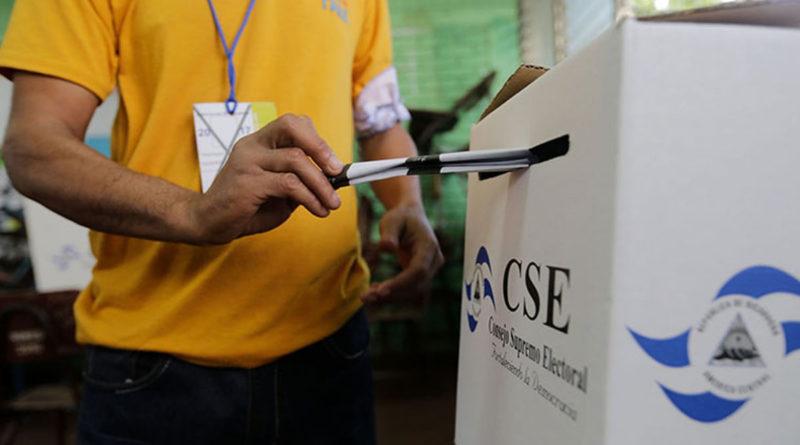 Imagen que muestra a un ciudadano ejerciendo su derecho al voto