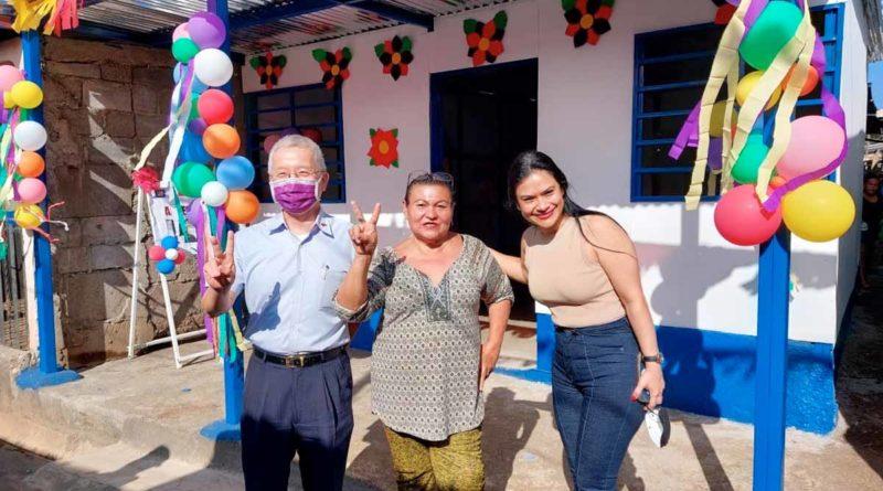 Autoridades de la Alcaldía de Managua y Embajada de Taiwán junto a la protagonista a quien se le entregó la nueva vivienda