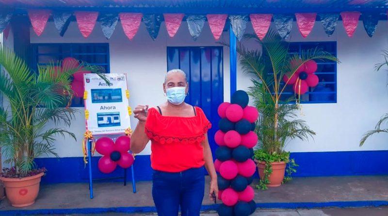 Teresa del Socorro Silva González protagonista de una nueva vivienda digna en el barrio Acahualinca del Distrito II de Managua.