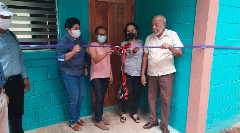 Alcalde de Juigalpa, profesor Erwing De Castilla junto a las 3 protagonistas de una nueva vivienda digna en Juigalpa.
